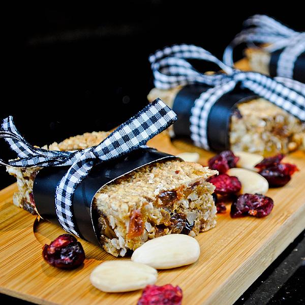 Almond, cranberry and apple sauce granola bars